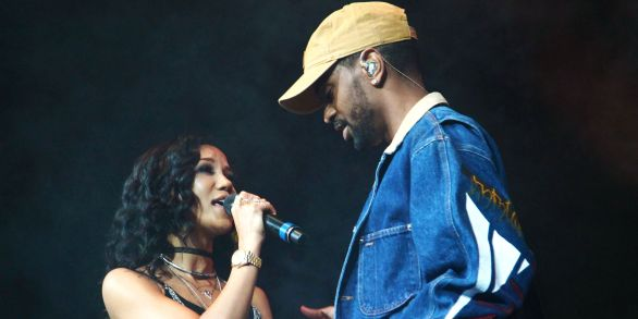 122916-music-article-whoa-big-sean-and-jhene-aiko-shared-a-very-sexy-moment-on-stage